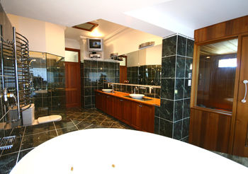 Relaxin - Accommodation in Surfers Paradise