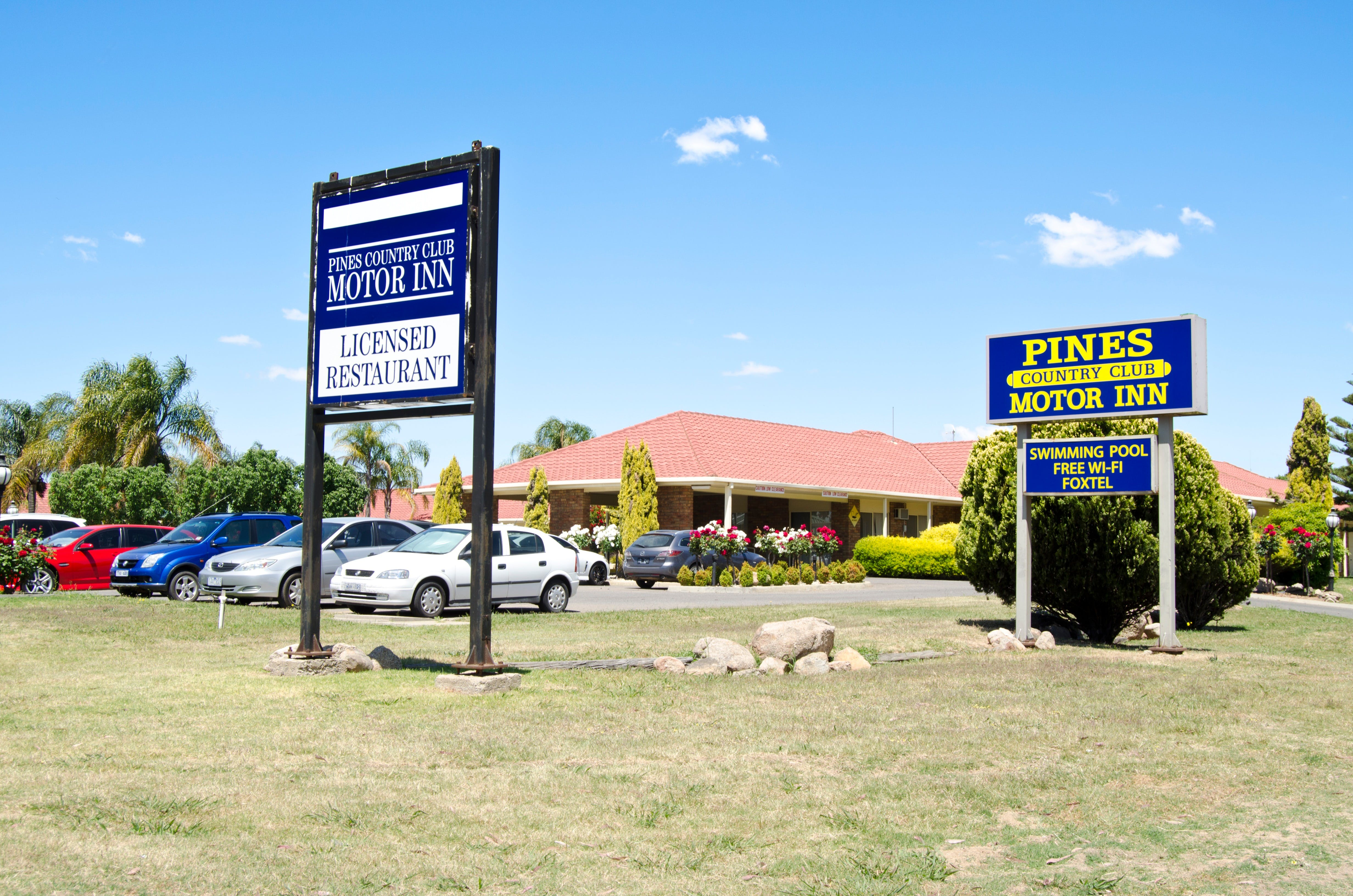 Pines Country Club Motor Inn - Accommodation in Surfers Paradise