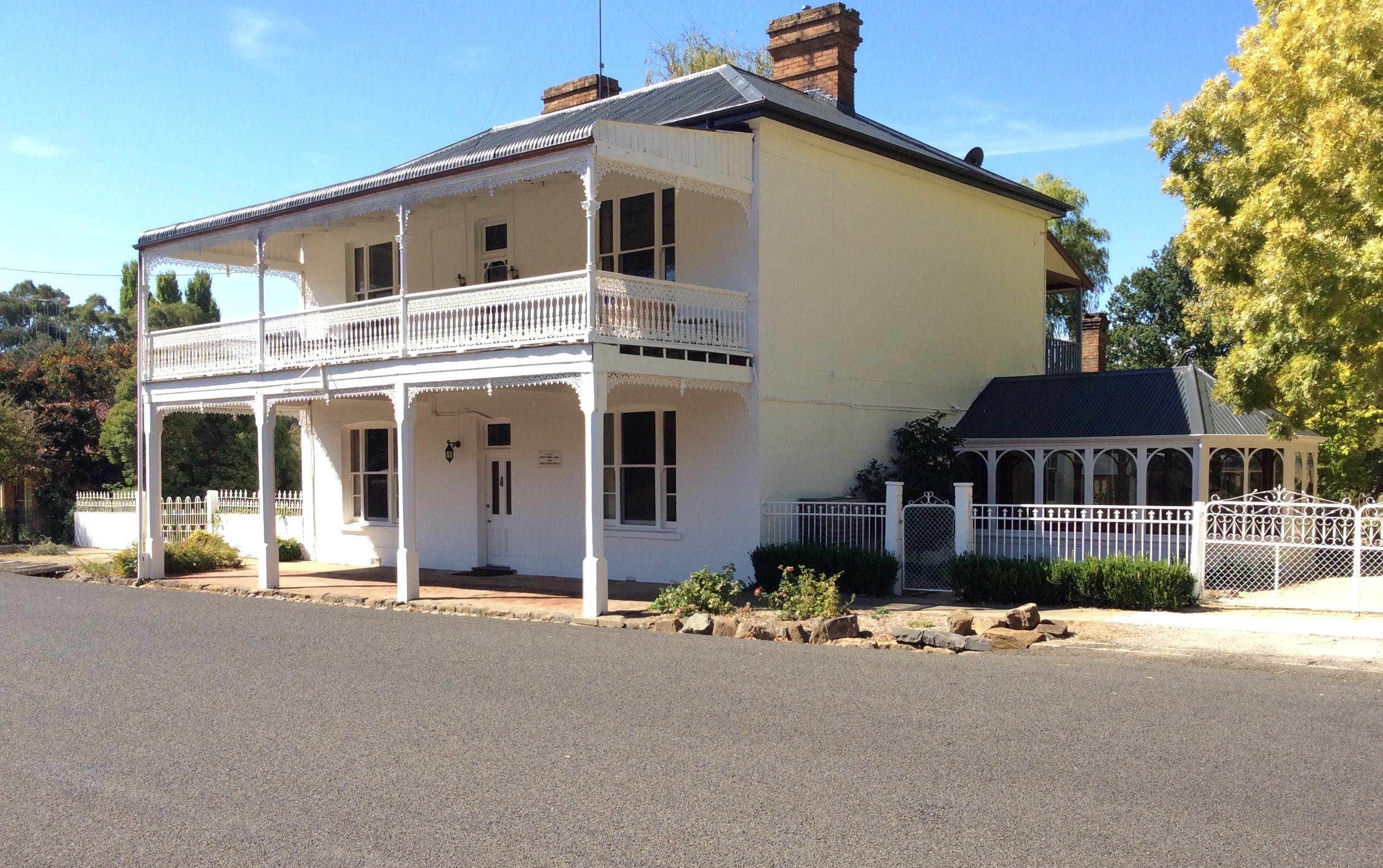 The White House Carcoar - Accommodation in Surfers Paradise