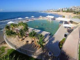 Kings Beach - Beachfront Salt Water Pool - Accommodation in Surfers Paradise