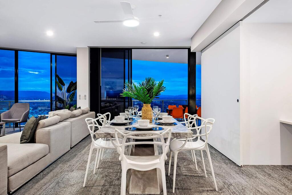 Circle On Cavill Subpenthouse - Accommodation in Surfers Paradise